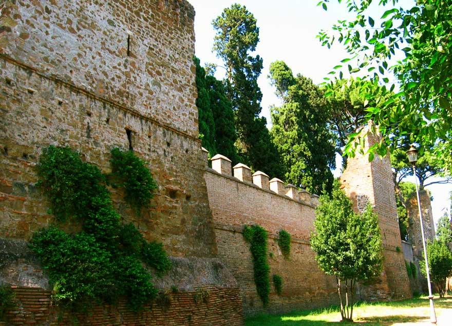 mury na wysokości cmentarza wojskowego
